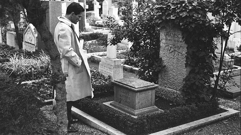 Pier Paolo Pazolini na grobu Antonija Gramšija, 1970